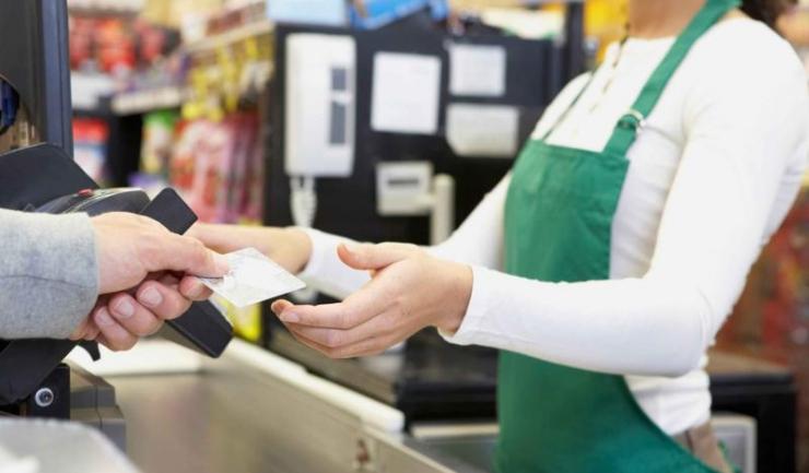Atunci când merg în străinătate, românii folosesc cardul așa cum trebuie - pentru plăți la comercianți, nu pentru retrageri de la ATM