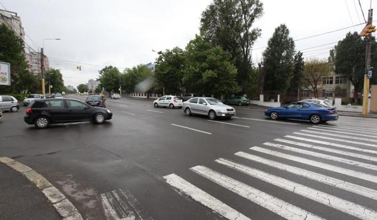 În 8 noiembrie, muncitorii care se ocupă de întreținerea drumurilor amenajează un sens giratoriu la intersecția străzii Nicolae Iorga cu bulevardul Alexandru Lăpușneanu