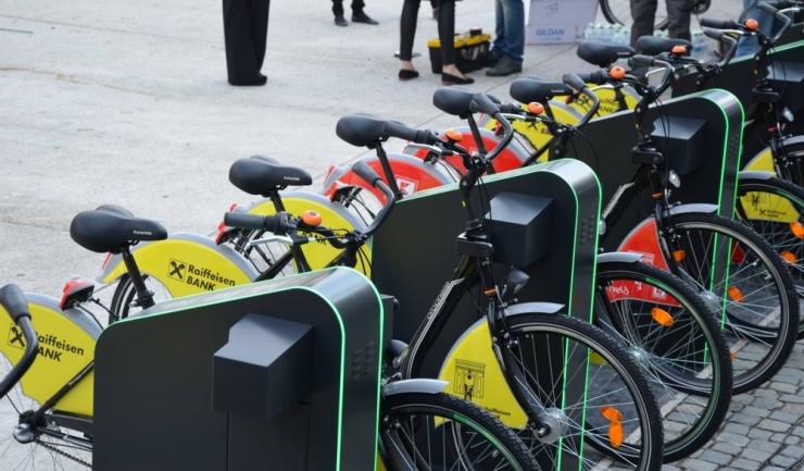 Nu vă speriaţi! Acestea NU sunt bicicletele din Constanţa! La noi, autorităţile se chinuie de patru ani să le aşeze în rasteluri, iar la București există un sistem de bike-sharing încă din septembrie 2016 (sursa: orasulm.eu)