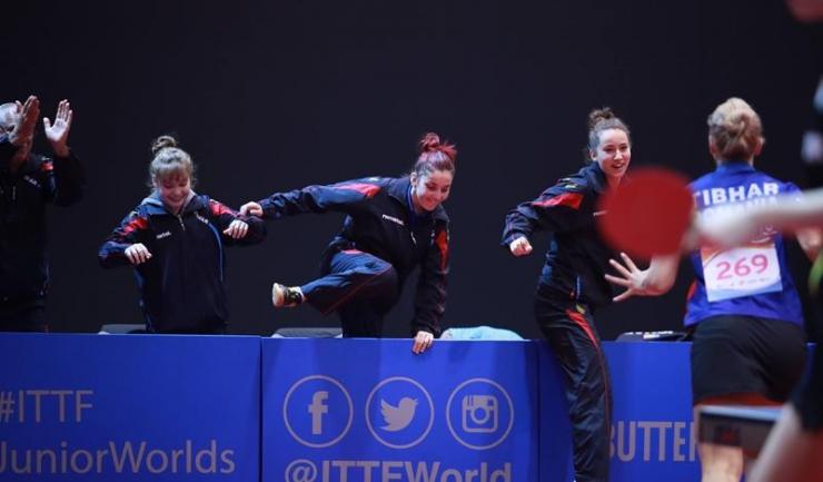 Elena Zaharia, Tania Plăian și Andreea Dragoman aleargă să o îmbrățișeze pe Adina Diaconu după un meci câștigat de liderul echipei de junioare a României