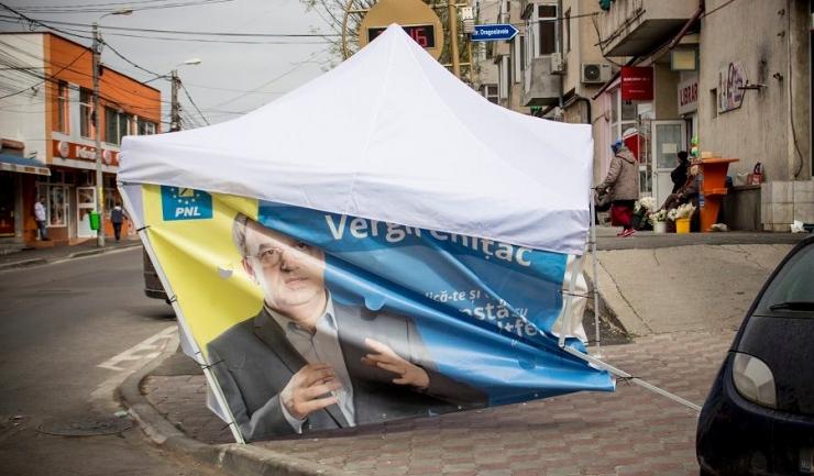 Candidatul PNL la Primăria Constanța, Vergil Chițac, consideră că acest cort, amplasat pe strada Unirii, a fost vandalizat la comanda contracandidaților săi