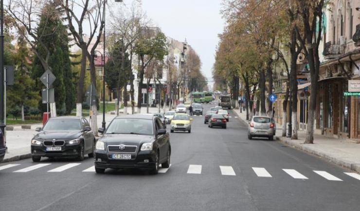 Pe bulevardul Tomis, tronsonul cuprins între zona Miga și statuia Lupoaicei, abia s-a turnat un nou covor asfaltic