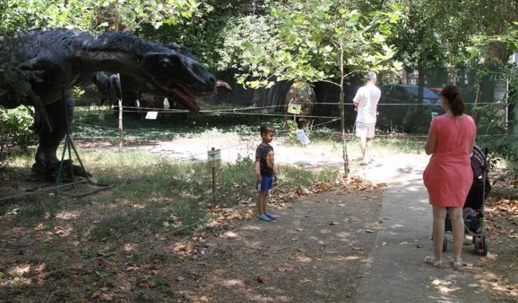 """Expoziția de animale preistorice """"Natura Dino Park"""" poate fi vizitată zilnic, între orele 9.00 și 20.00"""