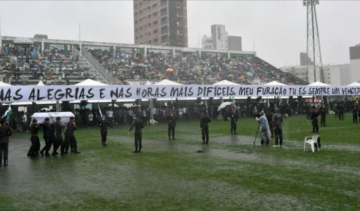 Sicriele cu trupurile neînsufleţite ale fotbaliștilor de la Chapecoense au fost transportate pe stadionul echipei braziliene