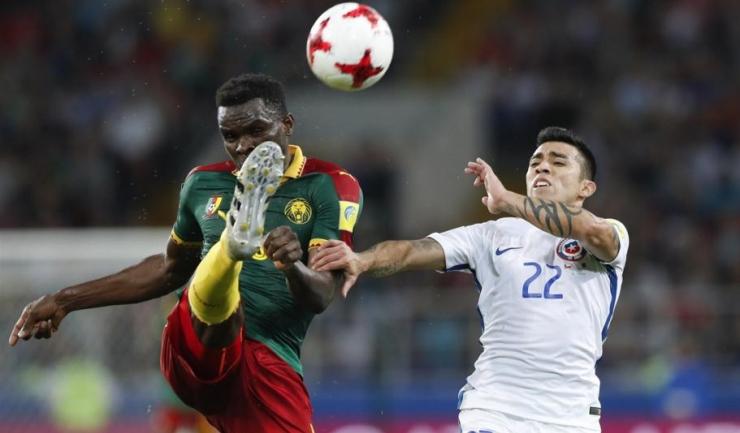 Camerunezul Michael Ngadeu, fostul jucător al lui FC Botoșani, în duel cu chilianul Edson Puch