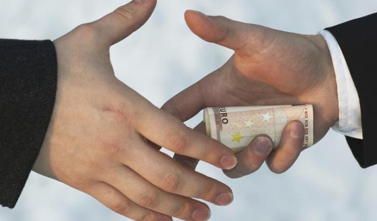 Ce se vor face afaceriștii și politrucii noștri dacă dispare bancnota de 500 euro? Vor da șpaga cu sacoșa, nu cu plicul