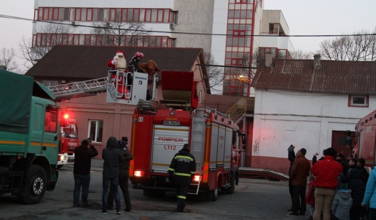 """În drumul său spre Tărâmul Magic, Moș Crăciun a ajuns fix pe clădirea ISU """"Dobrogea"""", de unde a fost salvat de pompieri"""