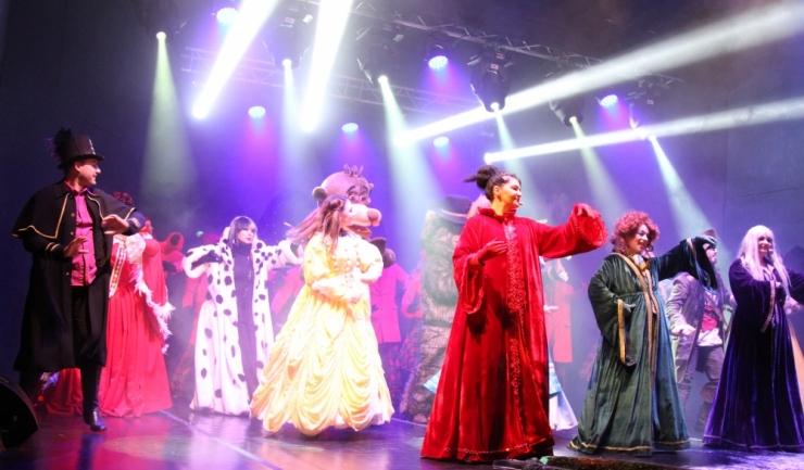 Abia după ce vrăjitoarele Sara, Mara și Barbara au rostit incantația alături de personajele din povești, copii, părinți și bunici, Moș Crăciun a sosit în Tărâmul Magic