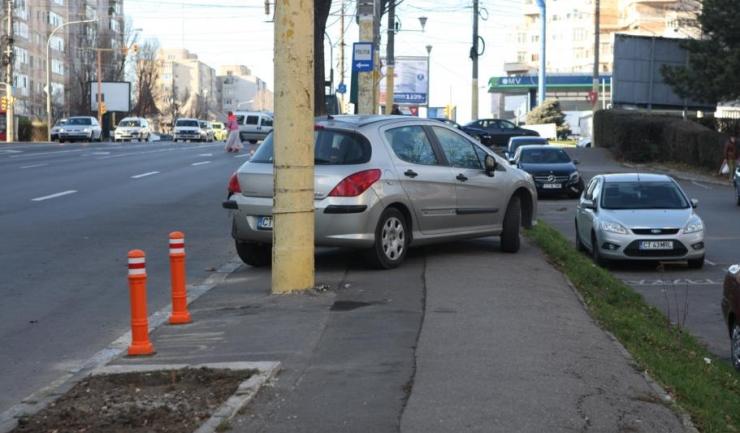 Nu știm dacă pilonii de pe marginea trotuarului îi vor împiedica pe șoferii indisciplinați să parcheze ilegal. Această fotografie ne arată că e puțin probabil