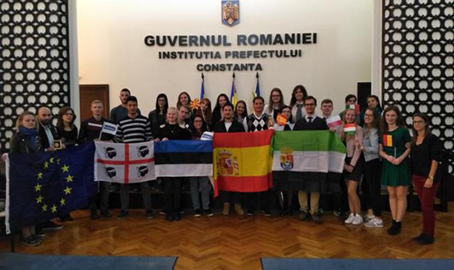 """Cursanții proiectului """"Youth Worker 4 Social Change"""" l-au asaltat cu întrebări pe viceprimarul Costin Răsăuțeanu"""