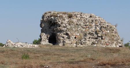 Castrul roman Carsium, situat pe teritoriul localității Hârșova, a fost întemeiat de împătatul Traian în anul 103