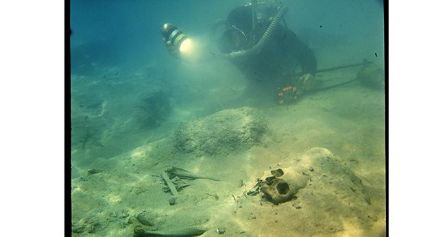 În lacul Issik Kul se crede că ar exista un oraş scufundat, al unei civilizaţii dispărute. Nu ştim care este adevărul, cert este că acolo s-au descoperit schelete de peste 3 metri