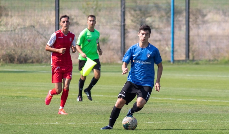 Cezar Beşleagă (echipament roşu) a marcat primul gol pentru Gloria Albeşti în amicalul de sâmbătă (sursa foto: www.academiahagi.ro)