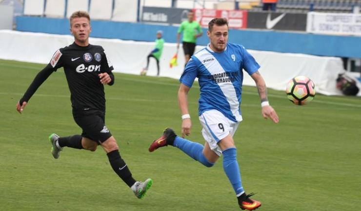 Daniel Dogaru (dreapta) a înscris de cinci ori în meciul Voința Valu lui Traian - CS Medgidia 0-11