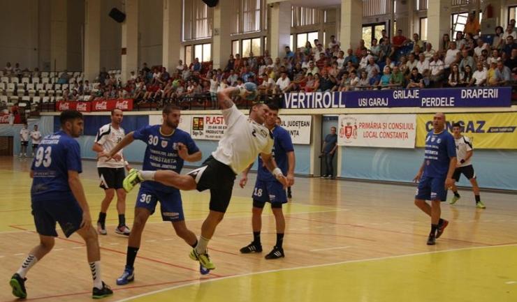 În meciul din tur, HC Dobrogea Sud s-a impus fără drept de apel în fața celor de la HC Farul (în albastru)