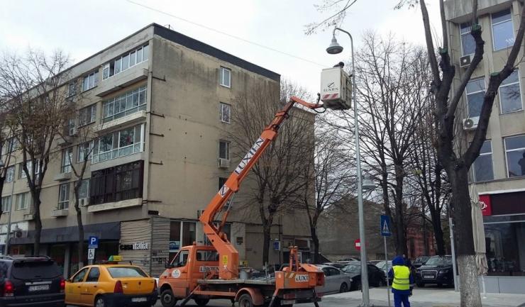 Pe bulevardul Tomis au început lucrările de instalare a luminilor festive (Sursa foto: Facebook)