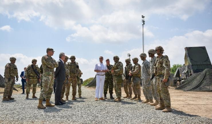 Klaus Iohannis s-a întâlnit joi, la Kogălniceanu, cu președintele Comitetului Militar al NATO (CMC), generalul Petr Pavel, și cu piloții români și englezi care asigură misiunea de Poliție Aeriană Întărită (sursa foto: presidency.ro)