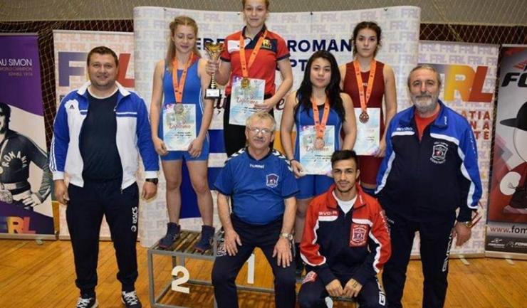 O parte dintre sportivii constănțeni medaliați la Tîrgu Mureș, alături de antrenorii lor