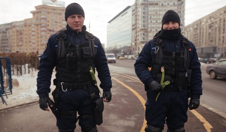Jandarmii s-au confruntat miercuri seară cu o parte a manifestanților din Piața Victoriei (sursa foto: Inquam Photos / Octav Ganea)