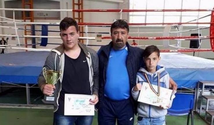 Antrenorul Ferodin Ablalim alături de cei doi medaliați de la CS Năvodari: Albert Potoceanu (stânga) și Sebastian Ciolacu