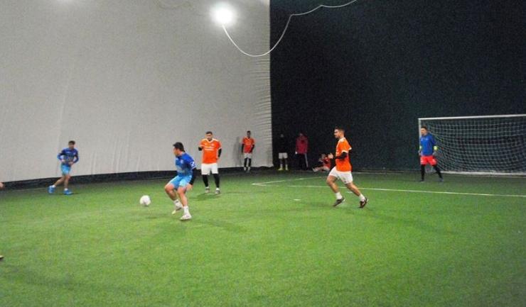 Squadra Viola (tricouri portocalii) şi-a luat revanşa pentru înfrângerea din turul campionatului în duelul cu AS Wolf 2015 (sursa foto: Facebook Campionatul de minifotbal Atletic Club)