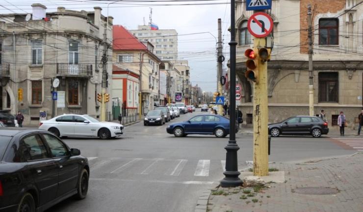 Semnul care interzice virajul la stânga de pe strada Mihai Viteazu spre bulevardul Ferdinand este de domeniul trecutului. Acum, șoferii nu mai trebuie să țină cont de acest lucru.