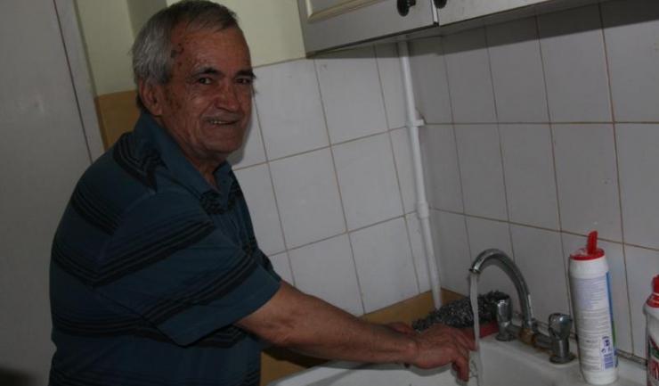 """Mihai Ioan, un locatar din scara de bloc unde a fost implementată instalația: """"Înainte așteptam jumătate de oră ca apa să se încălzească. Acum debitul este mai mare și aștept 20 de secunde să vină apa caldă""""."""