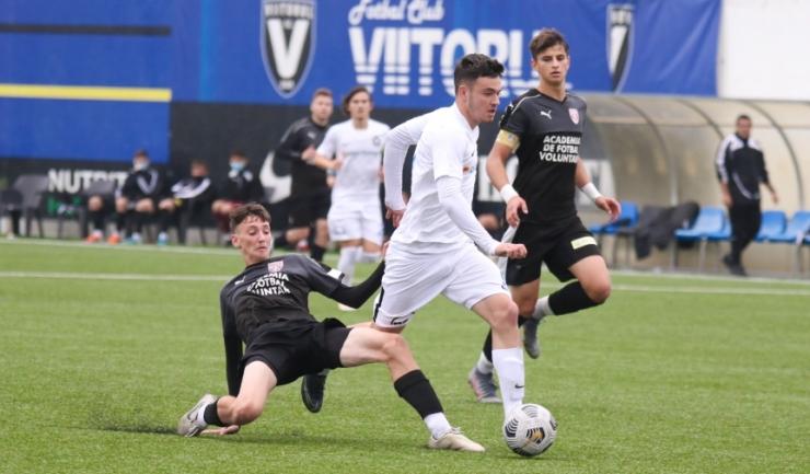 Ionuț Cojocaru (echipament alb) a marcat de două ori pentru FC Viitorul U19 (sursa foto: www.academiahagi.ro)
