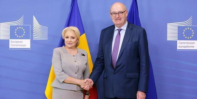 """Comisarul european pentru Agricultură, Phil Hogan şi premierul Viorica Dăncilă: """"Guvernul a notificat Comisia Europeană recent. Când vom primi mai multe detalii în următoarele zile, ne vom putea uita foarte atent la cererea României şi vom şti foarte exac"""