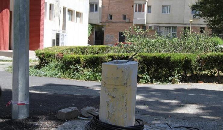 Primăria Constanța a luat decizia de a tăia vechii stâlpi de iluminat, acolo unde rețeaua a fost refăcută, pentru că exista riscul deteriorării trotuarelor