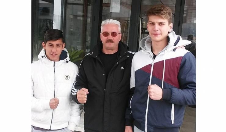 Antrenorul Mihai Constantin alături de cei doi boxeri de la Farul Constanța, Orhan Marcu (stânga) și Andrei Drăgan