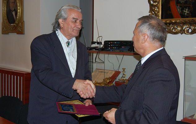 Istoricul Constantin Bușe (stânga), la conferirea titlului de cetățean de onoare al orașului Focșani