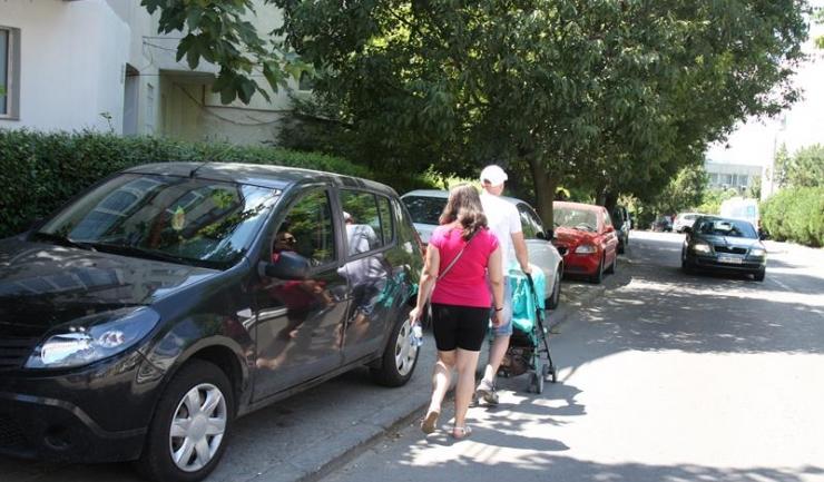 De multe ori, din cauza mașinilor parcate pe trotuar, locuitorii Constanței sunt nevoiți să circule pe partea carosabilă