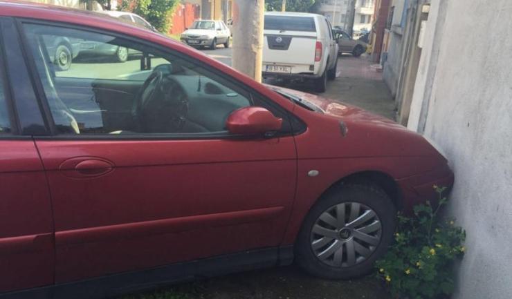 A parcat sau a plantat mașina în perete?