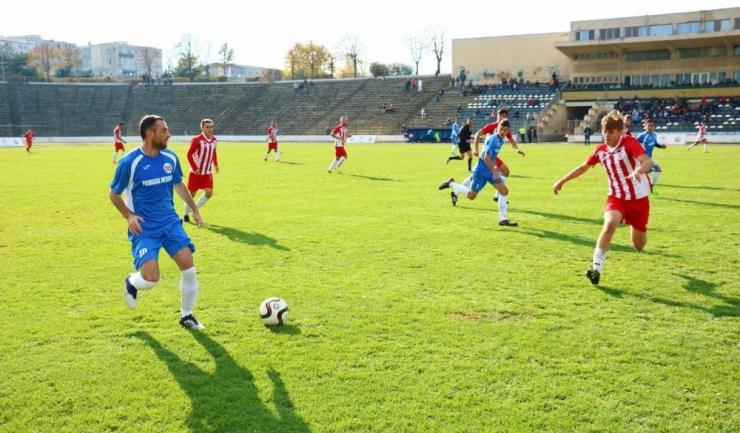 CS Medgidia (echipament albastru) este liderul clasamentului, cu două puncte avans
