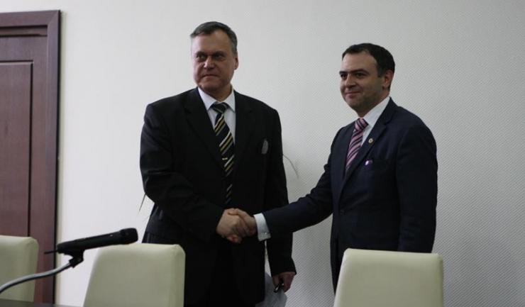 Noul prefect Adrian Nicolaescu (stânga) a fost învestit oficial în funcție. El a preluat ștafeta de la predecesorul său, Constantin Ion (dreapta).
