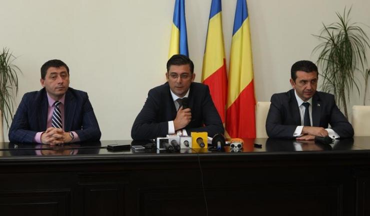 Conducerea CJC, reprezentată de Horia Țuțuianu (PSD - centru), Claudiu Palaz (PMP - dreapta) și Daniel Learciu (ALDE - stânga), spune că PNL s-a răzgândit în ultima clipă