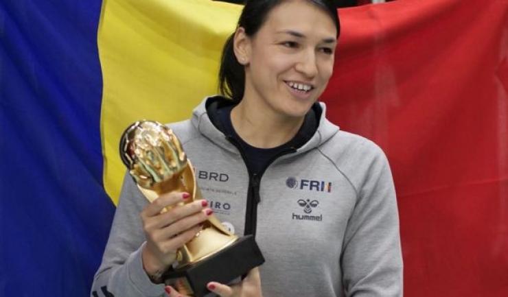 Cristina Neagu şi trofeul cucerit pe merit (sursa foto: Facebook FRH - Federația Română de Handbal)