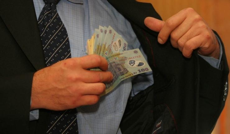 Senatorul USR Mihai Goțiu, cel care a fost surprins de mai multe ori dormind în Parlament, va primi, lunar, o indemnizație de aproximativ 13.000 de lei. O fi bine?