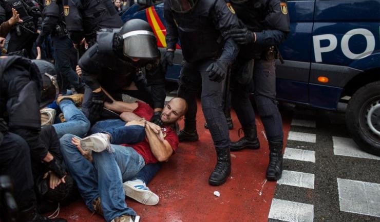 Poliția trimisă de Madrid a intervenit violent împotriva votanților catalani