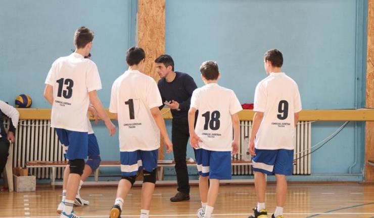 Tinerii voleibaliști antrenați de Constantin Burungiu au ocupat primul loc în turneul de la Buzău