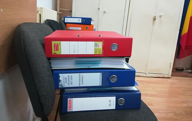 În biroul inspectorului școlar general s-au adunat 12 bibliorafturi, cu mii de decizii nelucrate