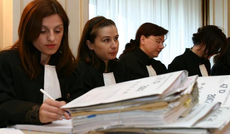 Multe voci spun că infracțiunea de abuz în serviciu este vag definită în legislație, ceea ce le dă posibilitatea magistraților să acuze și să condamne pe criterii politice