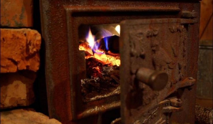 Te încălzești cu lemne de foc sau energie electrică? Ce beneficii ai putea avea