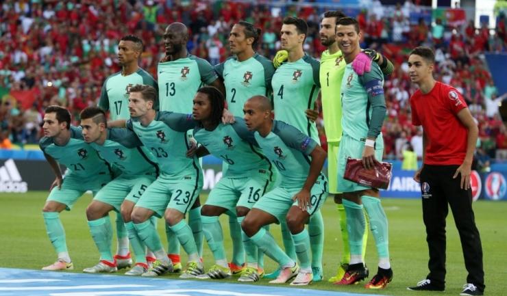 """Amuzat, Cristiano Ronaldo privește spre """"intrusul"""" dornic să se fotografieze cu fotbaliștii portughezi!"""