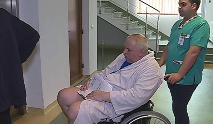 Președintele CJC, Nicușor Constantinescu, va fi adus forțat la instanță, cu tot cu echipă medicală, deși el se deplasează doar în scaun cu rotile (sursa foto: Neptun TV)