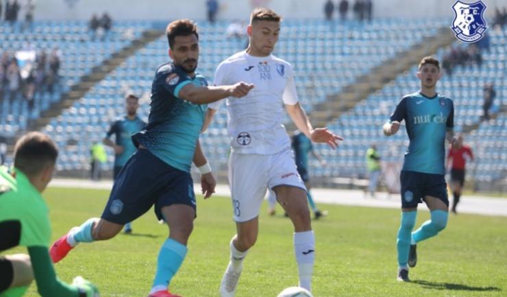 Denis Ispas (echipament albastru), fostul jucător al Farului, a înscris golul victoriei pentru Turris Turnu Măgurele (sursa foto: www.fcfarulconstanta.ro)