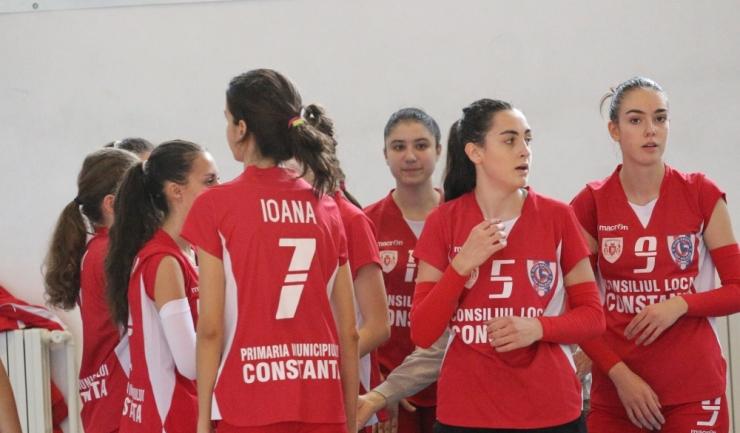 Cosmina Marinescu (numărul 5 pe tricou) este titulară incontestabilă în naționala României sub 17 ani