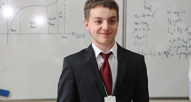 Răzvan Mihai Ursu, în 2016, era elev în clasa a X-a, și cucerea medalia de argint la Olimpiada de Științe pentru Juniori a Uniunii Europene