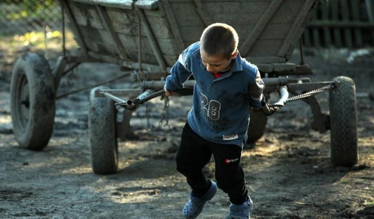 Acest copil are nevoie de sprijin real, nu de încă doi, trei, patru fraţi care să-l ajute să tragă căruţa!